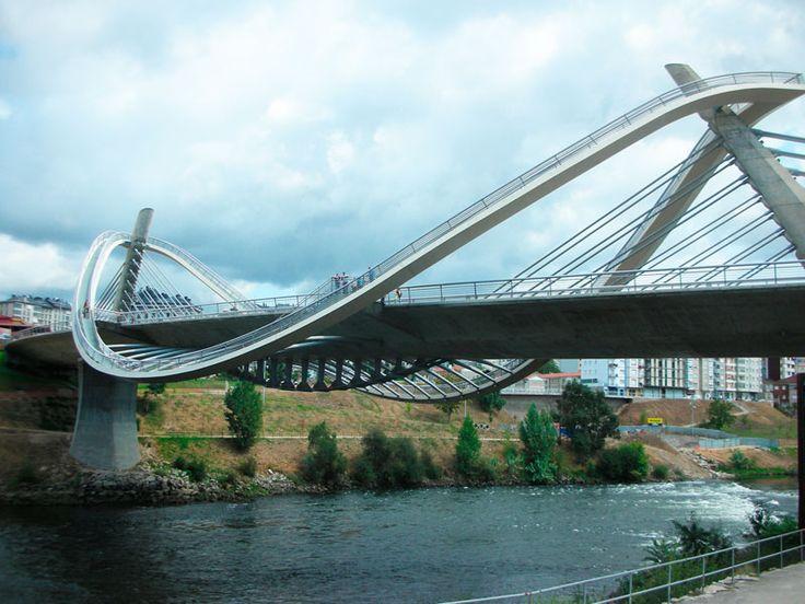 El conjunto del puente, con sus cables tensados, sus pilares inclinador y las lineas onduladas de la pasarela peatonal, le confieren sin duda una originalidad e impacto visual que deja muchas caras de sorpresa y admiración entre los visitantes de la ciudad.