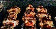 Fabulosa receta para Asado a la parrilla de pinchos mixtos de pollo y chancho. Pinchos con pollo, chancho, cebolla y morrón hechos a la parrilla.