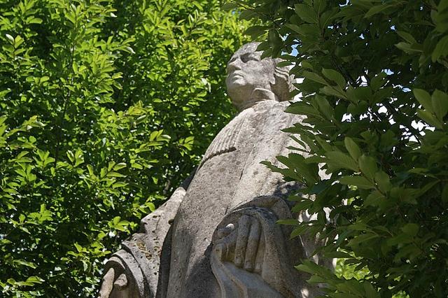 Statue boisée à Treignac, Corrèze, Limousin... Où est Aragorn ?