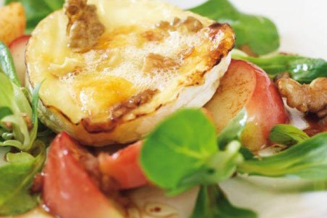 Salát s grilovaným kozím sýrem | Apetitonline.cz