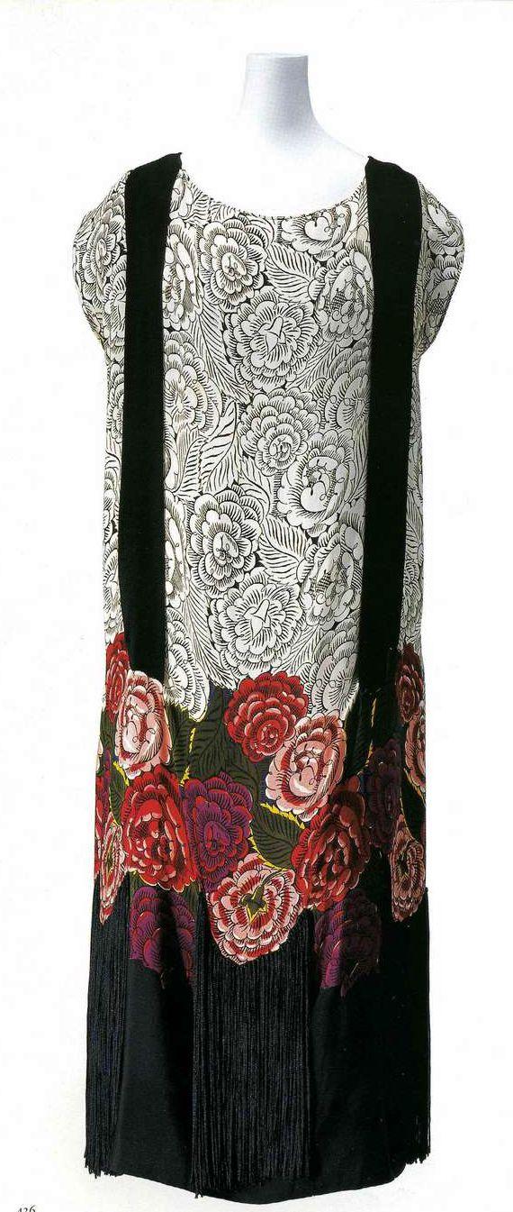 Платье. Циммерман, около 1922. Шелковый креп с набивным узором в виде роз, полосы черного крепдешина, по низу платья — бахрома из черной вискозы.
