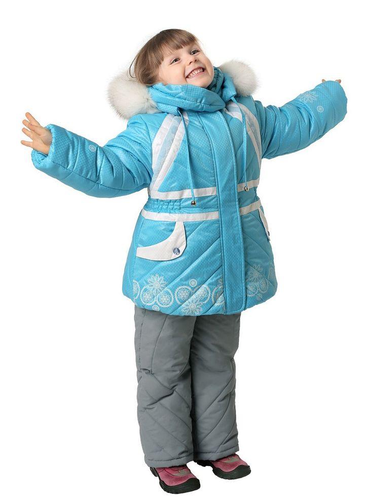 Комплект для девочек состоит из куртки и полукомбинезона. Куртка приталена, по линии талии вшита резинка и отделка другого цвета, с центральной бортовой застежкой на молнию. Карманы втачные, клапан кармана другого цвета, украшен декоративной кнопкой. Капюшон пристегивается кнопками, натуральный мех крепиться к капюшону молнией, длина лицевого выреза регулируется шнурами-завязками. В рукав вшит трикотажный манжет. Полукомбинезон с центральной застежкой на молнию. На   передней и на задней…