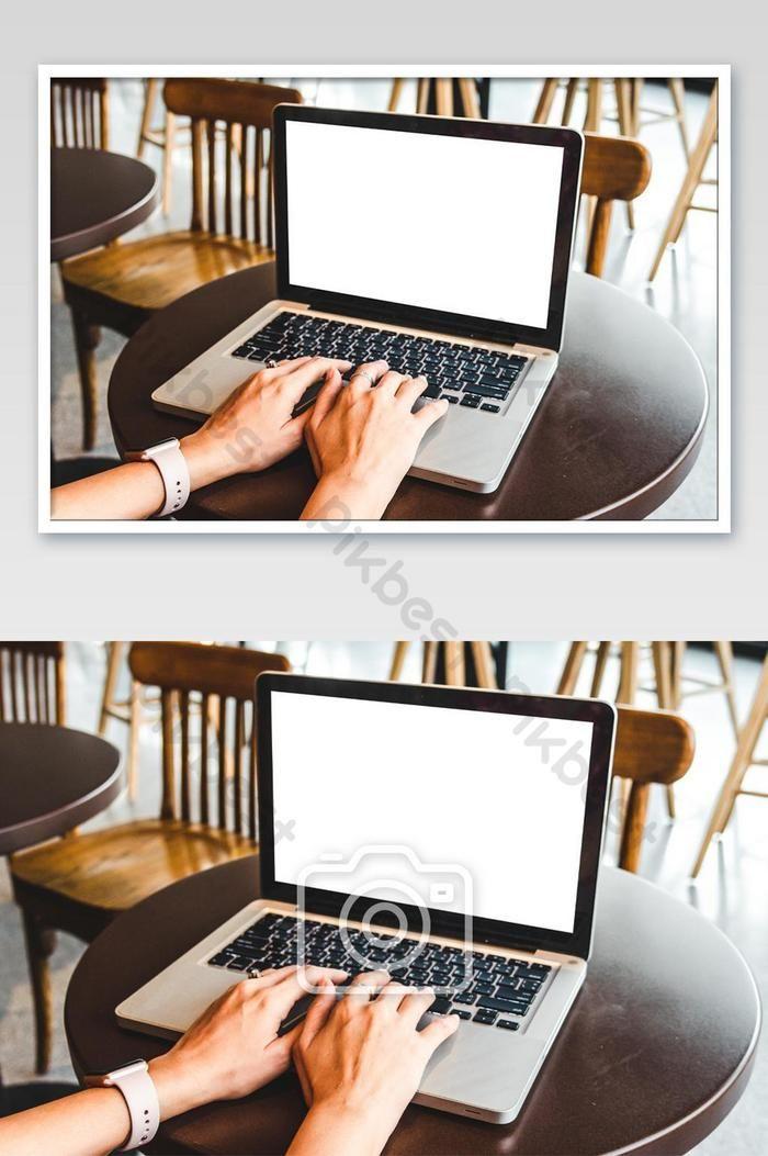 يد المرأة تستخدم كمبيوتر محمول مع شاشة فارغة على مكتب الصورة التصوير Jpg تحميل مجاني Pikbest Desk Laptop Computers Learning