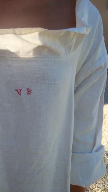Deux chemises de femme dites camiso a listo, Provence, début XIXe siècle Chanvre ou lin tissé main, décolleté carré bordé d'un empiècement de linon ou coton damassé blanc (la listo), chiffre brodé au point de croix «VB» en rouge sur l'une. H: 106 cm (bel état). Sous-vêtement indispensable par dessus lequel on enfile le corset et dont les manches se retroussent au-dessus du Droulet. Souvent visible dans les portraits de Raspail...
