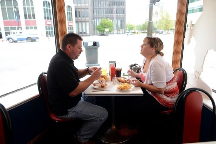 American Coney Island serverar korv i chilisås, senap, lök och köttfärs. Det har man gjort sedan 1917.
