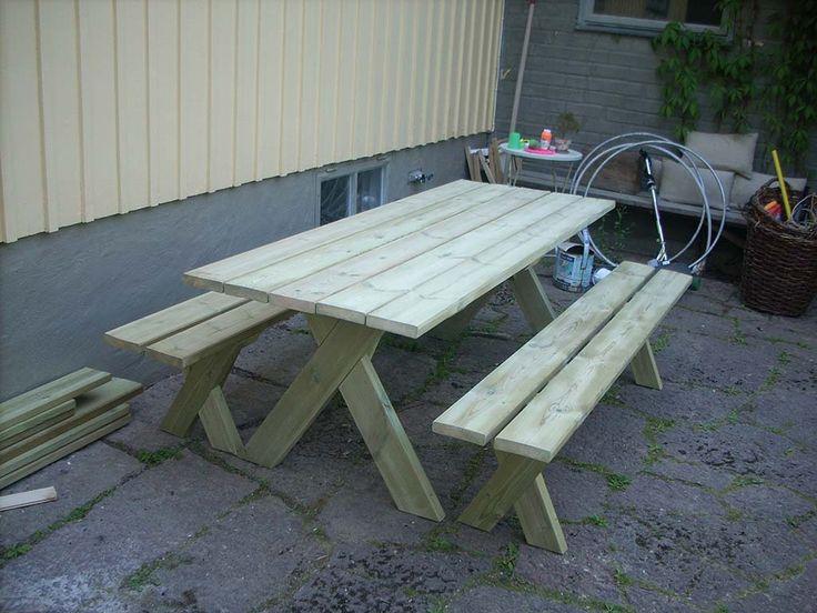 Platsbyggd bord med bänk