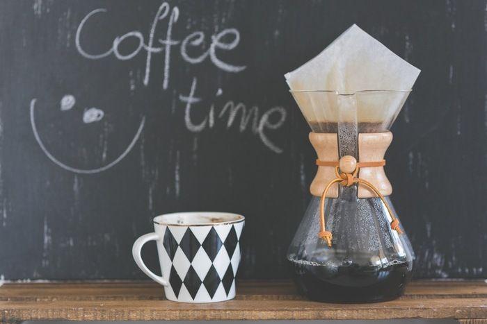 寒い朝。寝ぼけ眼の朝。 そんな朝には、やっぱり一杯の淹れたてのコーヒー。  ドリップ式のコーヒーは、簡単な器具で淹れられるコーヒーの抽出法です。