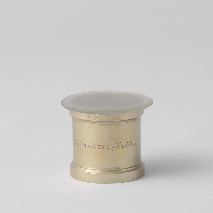 Anonymous | Standard volume measures, Anonymous, 1820 | Geelkoperen inhoudsmaat voor natte waren met matgeslepen dekglas. Samen met zeven andere inhoudsmaten in grijs geschilderde kist.