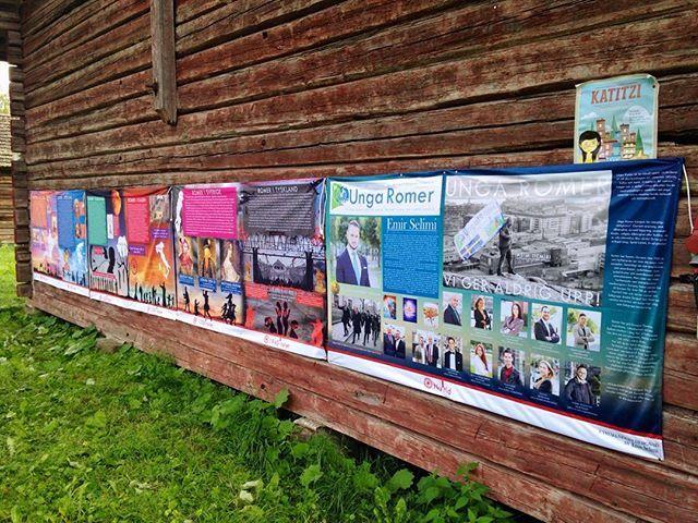 På Sturladus vägg hänger en bra och viktigt utställning om romernas historia…