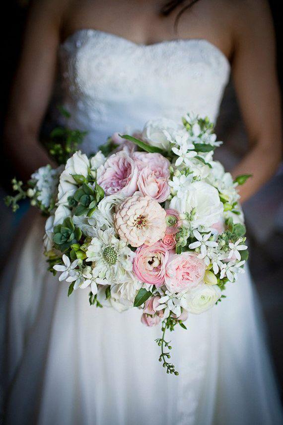 Perfeição em forma de flores, é o que este bouquet é… Magnífico, delicado, romântico e o que dizer da forma…? Adoro! É verdade que as peónias parecem continuar a ser as rainhas do baile (cheias de esplendor e caprichos, como convém…!), mas se nos deixarmos tentar pelo que não conhecemos ou pelo que até conhecemos (afinal, são rosas de jardim, ranúnculos e suculentas, pelo menos), em combinações que ainda não vimos, o resultado pode ser… este! E este… é maravilhoso!