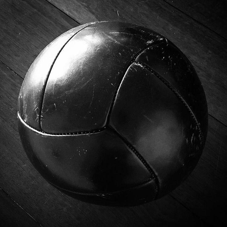 Nieuw speeltje: een ouderwetse lederen medicijnbal. #blackandwhite #bnw #monochrome #monoart #bnw_society #bw_lover #photooftheday #bw_photooftheday #bw_society #bw_crew #bwstyles_gf #igersbnw #monotone #monochromatic #fineart_photobw #noir #white #black #blancoynegro #mono #nero #ball #medicineballworkout #medicineball #leather