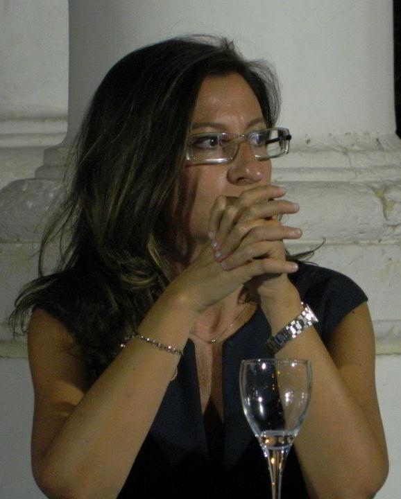 """Ilaria Oliva - Cresciuta a """"mare e libri"""", con una passione sviscerata per gli anni '80, mi sono scontrata in gioventù con la jungla della facoltà di architettura di Roma per poi appassionarmi alle arti visive grazie ad un esame di storia dell'arte contemporanea con ABO. Mi sono quindi imbattuta nel marketing culturale e nella critica d'arte, che continuano ad essere le mie grandi passioni. #InvasioniDigitali chiesa rupestre di San Biagio"""