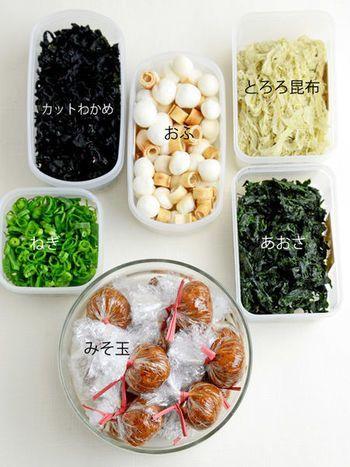 和食派の方には、冷蔵庫にストックできる「みそ玉」がおすすめです。みそ+おかかで、簡単&美味しい味噌汁が作れます。乾燥具材は、カットわかめ・あおさ・とろろ昆布など、お好みで用意してくださいね。