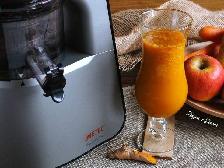Un succo alla curcuma arricchito anche di mela, pera, carote e cetriolo. Avete idea di quanto possa far bene? Un vero concentrato di salute.