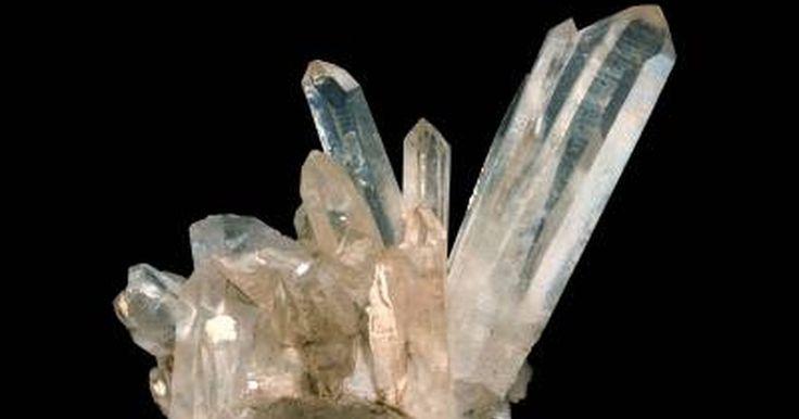 Como cortar cristal de quartzo. O cristal de quartzo é dióxido de sílica (SiO2) cristalizado. Os cristais de quartzo são bastante duros, em torno de 7 na escala de Moh, apenas abaixo do diamante que, juntamente com o pó de silicato, torna esses cristais difíceis de serem cortados. A maioria dos cristais de quartzo são pequenos e com pontas piramidais. Geralmente um dos lados é ...