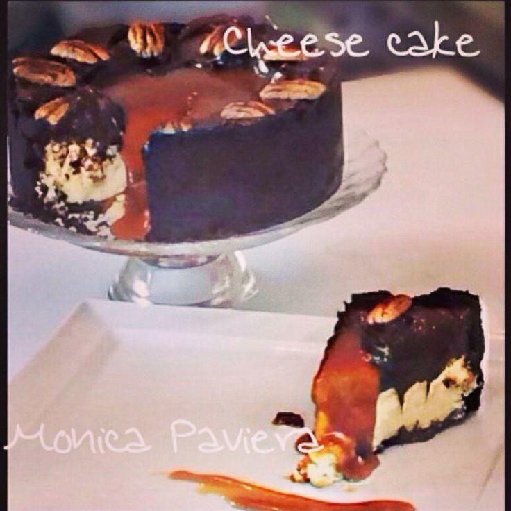 Cheese cake al cioccolato con guarnizione di caramello, cioccolato e pecan
