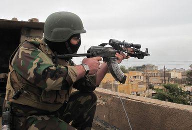 イラク首相、アンバル州の親政府戦闘員に警官職を約束 写真1枚 国際ニュース:AFPBB News     【2月13日 AFP】イラクのヌーリ・マリキ(Nuri al-Maliki)首相は12日、イスラム過激派勢力との戦闘を続けるアンバル(Anbar)州の親政府派戦闘員らに対し、警官の職を与えると宣言した。  首都バクダッド(Baghdad)の西にある同州では、当局と対立するイスラム武装勢力や部族民戦闘員と、治安部隊や新政府派の部族民との戦闘が続いており、国連(UN)によると、今年に入ってから最大で30万人が戦闘を逃れ避難民となっている。