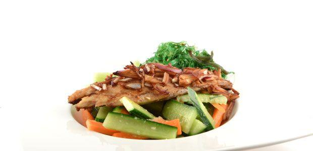 Over de komkommer wakame salade met gerookte makreel  Het komkommer wakame salade (zeewier salade) met gerookte makreel recept is een recept dat net te bereiden is binnen de 15 minuten, maar dan heb je ook wat!    Doordat …
