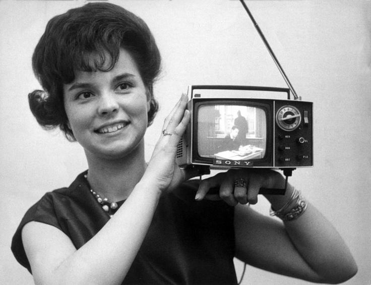 1963 topmodern: tragbare Fernsehgeräte. Von digitalem Empfang war damals noch nicht zu träumen. (© dpa)