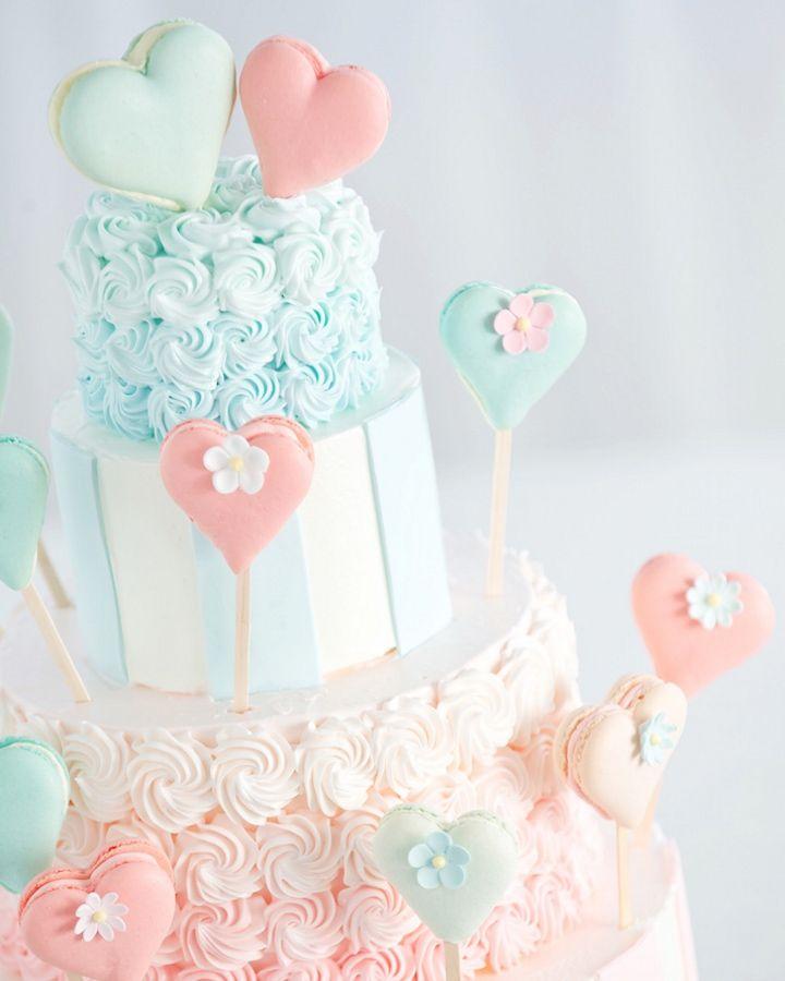 【ウエディングケーキにもゲスト参加型演出を】 ふたりを表すトップのマカロン を囲むようにデコレーションされたマカロンスティックは、ゲスト一人一人が「おめでとう」の気持ちを込めて挿したもの。みんなで完成させたケーキをみんなで食べれば、思い出がより一層印象深いものに。