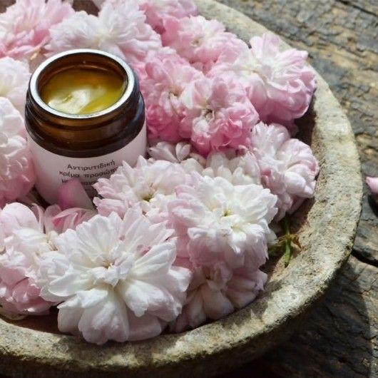 Gesichtscreme und Toner aus Kreta//handgemacht  //Was wird sie für Dich tun:• hydratisiert, pflegt und nährt die Haut • die Rose reduzieren das Erscheinen von Linien und Fältchen • belebt und erhöht die Hautelastizität • für alle Hauttypen //Warum wirst Du sie lieben: Die Haut fühlt sich frisch und samt wie eine Rosenblüte • Kreiert mit Bio-Olivenöl, reinem ungebleichtem Bienenwachs, Rosenöl, Neroliöl, Jojobaöl, Sandelholz, Grapefruit • kein Wasser hinzugefügt #Handmade #Fisika #MECode…