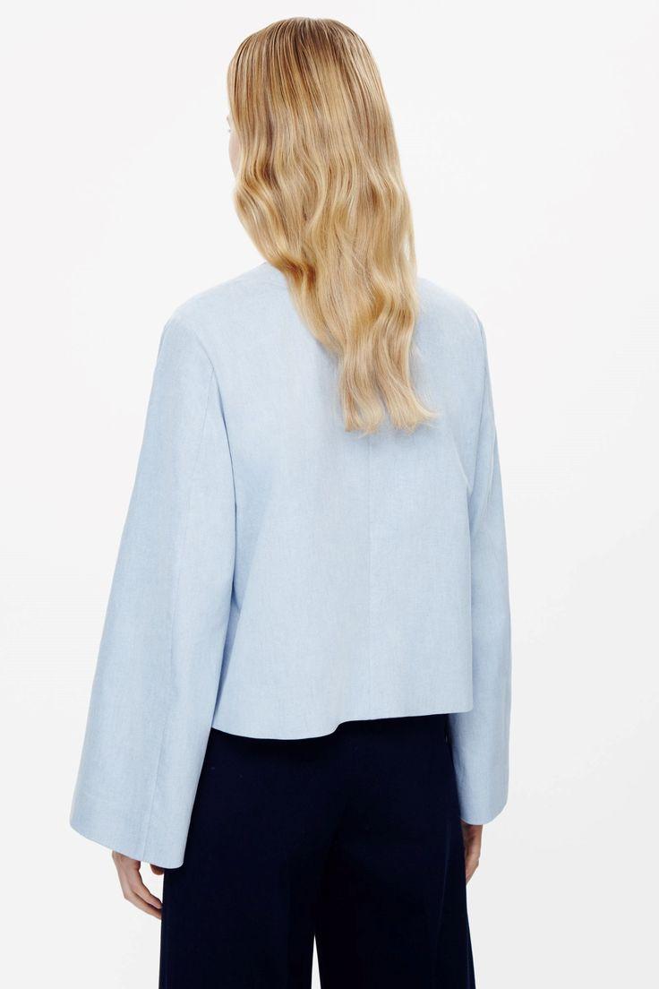 COS Image 4 de veste recadrée avec détail surpiqûre dans Powder Blue