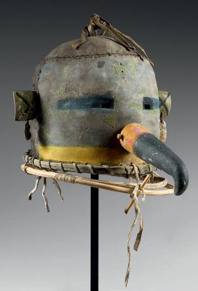 Masque heaume Hummingbird Kachina( ?) Hopi, Arizona, U.S.A Cuir, pigments, bois, jonc, cordelette, abalone. Hauteur: 21,1 cm Période de confection proposée: circa 1890-1900