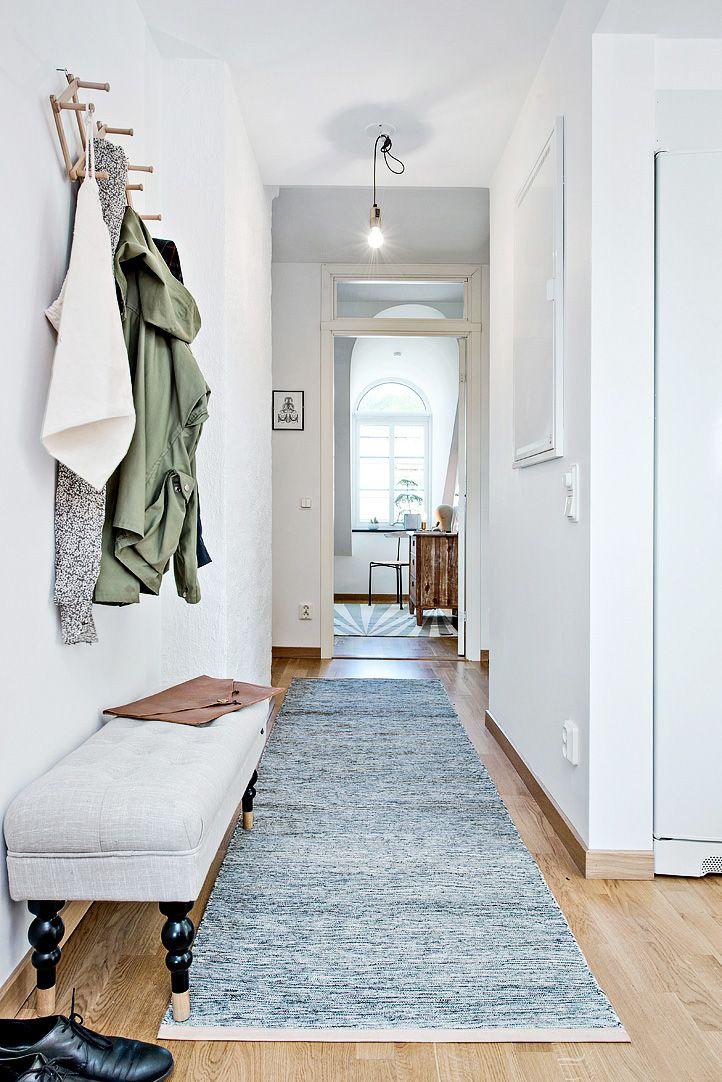 Hall med plats för avhängning och mindre hallmöbel