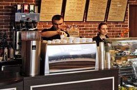 Интересные факты: Россия издавна считалась страной, где чай любят значительно больше, чем кофе, и в 2013 году занимала только 31 место в мире по уровню потребления бодрящего напитка — а это означает потребление всего 0,8 килограмма кофейных зерен на человека в год. # Подробнее: http://getbiz.ru/articles/franchise/kofeyni-v-bolshom-gorode