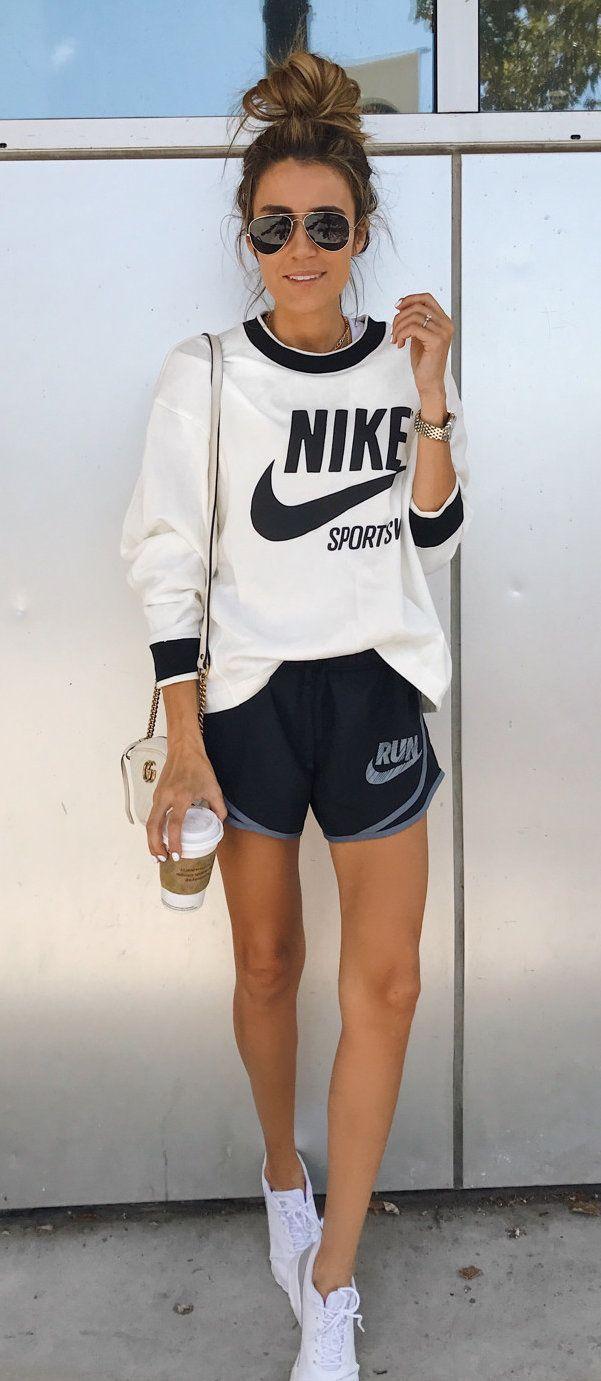 #fall #outfits weißes und schwarzes Nike Langarmhemd