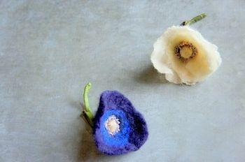 """""""Ivory Poppy"""" 細部まで丁寧に作られたポピーのコサージュ。胸元に付ければ上品なアクセントに。"""