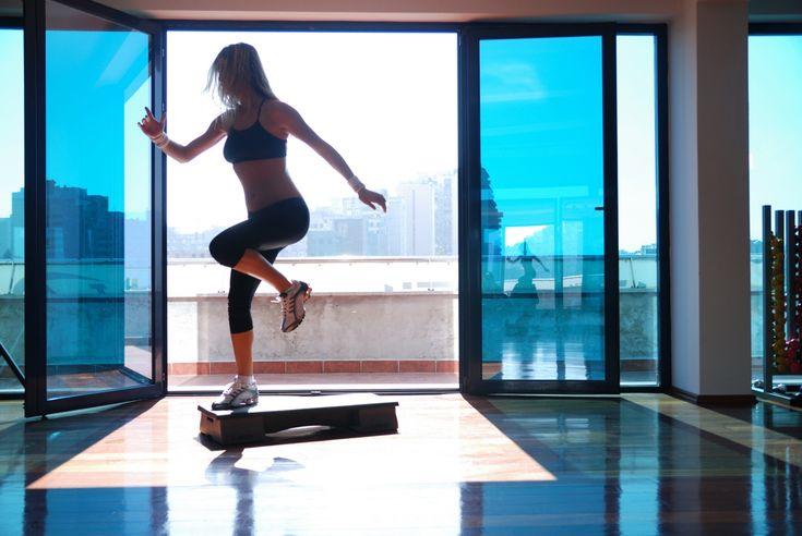 Step aeróbico  El step aeróbico es una de las rutinas más preferidas especialmente por todas las mujeres, el cual actualmente es en ejercicio físico tanto para los hombres como para las mujeres. Por lo que este es un entrenamiento que permite trabajar principalmente la zona de las caderas, los glúteos y las piernas. Con la realización de 30 minutos de este ejercicio se puede lograr quemar hasta 400 calorías.