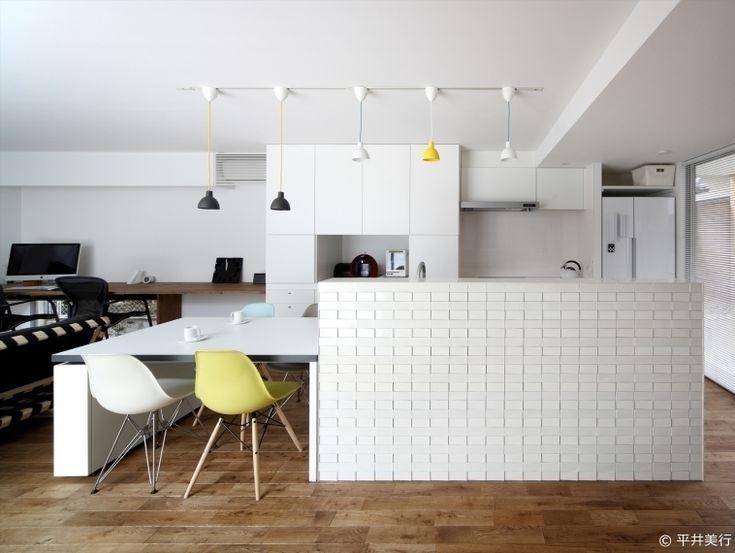 . アイランドキッチンの手元を隠す腰壁に立体的なタイルを使いました . タイルが光を反射させ空間のアクセントになっています .  UMH #プラスゼロアトリエ . . #ダイニング #dining #北欧テイスト #タイルライフ #tilelife  #家づくり #マイホーム #マイホーム計画 #マイホーム計画中 #住宅設計 #住宅デザイン #住宅建築 #住まい #住まいづくり #建築家 #工務店 #戸建 #一戸建て #新築 #リノベーション #マンションリノベ #リフォーム #タイル #内装タイル #装飾タイル #ハウスノート #housenote