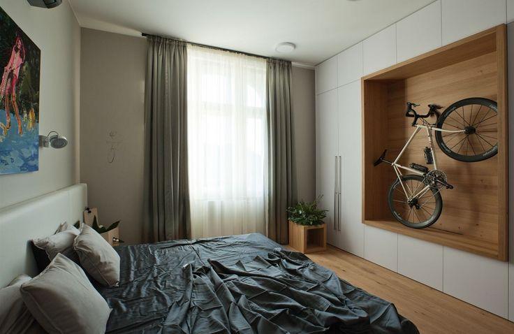 Netradiční výzdoba v ložnici odpovídá tomu, že s majitel zde (zatím) bydlí sám s dětmi.