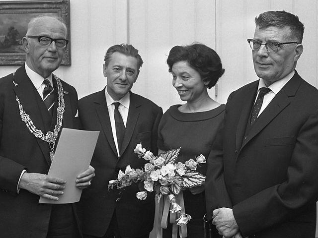Hanny Michaelis (1922 - 2007) was een Joodse dichteres, schrijfster en vertaalster. Hanny Michaelis overleefde de tweede wereldoorlog, maar dat gold niet voor haar ouders. Deze kwamen om het leven in het concentratiekamp Sobibór. Hanny Michaelis debuteerde in 1949 en tot 1971 verschenen er nog vijf andere gedichtenbundels met nieuw werk. De gedichten van Hanny Michaelis gaan vaak over verdriet en de pijn van het leven.