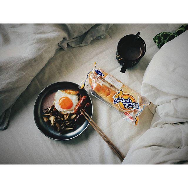 11/3(金)の朝ごはん。今日はねこ氏おらんのでちゃちゃちゃーっと、もらったパンも食べよう。あ、チーズも足そう。コンビニで売ってる6Pチーズのクリーミータイプお気に入り。ベビーチーズはカマンベール入りタイプがお気に入り。 . . . . . . . #自炊#おうちごはん#お粥#まめ部#MEC#朝ごはん#一人暮らし#暮らし#暮らしを楽しむ#日々#肉#卵#チーズ#料理好きな人と繋がりたい#インスタ料理部#食スタグラム#飯スタグラム#instafood#台湾行きたい#食事記録