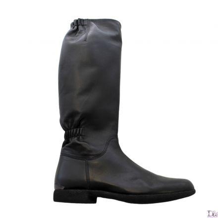 Stivale in nappa nera dalla linea molto semplice ed elegante, arricchito soltanto da due elastici interni che gli conferiscono una forma erg...