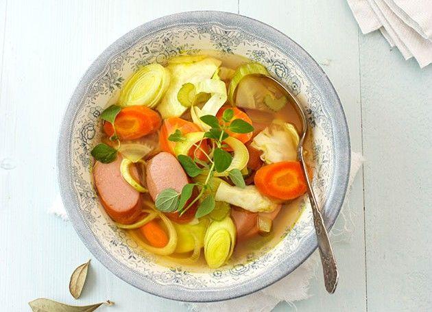 Kjøttsuppe med pølser i en skål