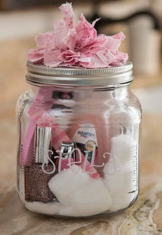 Idea para un regalo de boda especial para las amigas. Bote de belleza hecho a mano. Great for bridesmaid's gift - include the nailpolish for the wedding.