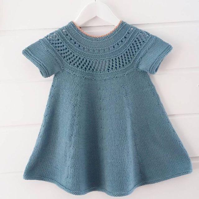 Blue dream. #readersminisytrikk || Barndomskjolen blir til sommerdrøm i ensfarge og med korte ermer, hos mamma @camillacharlottekh. Pattern: Strikk til mamma og mini