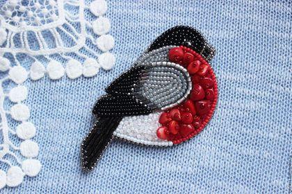 Купить или заказать Брошь 'Снегирёк' в интернет-магазине на Ярмарке Мастеров. Маленький, пухленький и даже пушистенький (за счет коралловой крошки, которая придает объем и форму настоящих перьев). Украсит платье, пальто, очень уютно устраивается на свитере :) Брошь выполнена из японского бисера TOHO (а так же бисер с настоящим серебряным покрытием), с добавлением бусин Swarovski. Украшение подшито натуральной овечьей кожей производства Италии, цвет - серый. Металлическа…