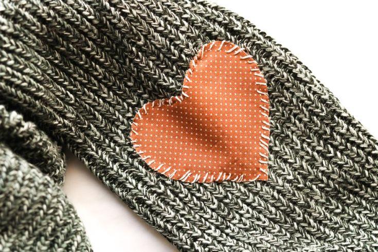 Делаем заплатки на свитер в виде милых сердечек.