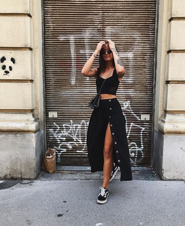 lässiges schwarzes Midirock-Outfit mit alten Skool-Vans #ootdmagazine #summerfashion #style #allblackoutfit
