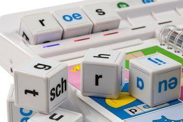 De i-blocks is een innovatief product dat taal tastbaar en interactief maakt. Het vergroot het fonemisch én fonologisch bewustzijn van kinderen. Helder uitgesproken opdrachten en directe terugkoppeling door middel van stem, licht en geluid aan kinderen zorgen ervoor dat kinderen zelfstandig met de i-blocks kunnen werken.