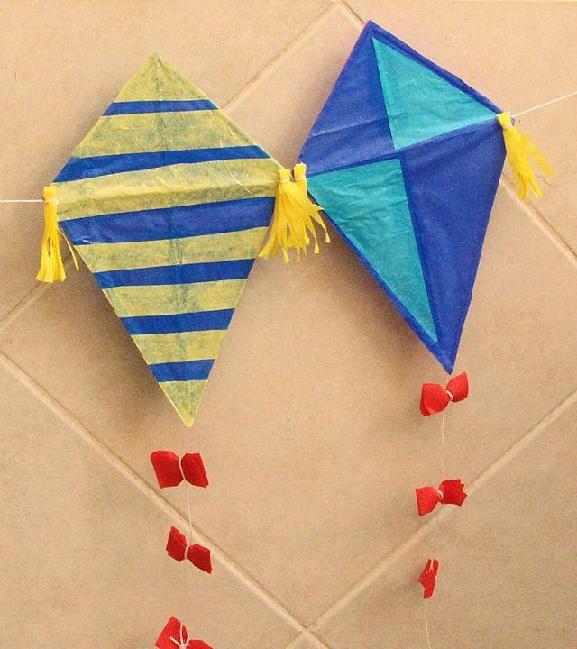 Vliegers van rijstpapier, we maakten ze zelf. Met een pluk gras maakten we er een staart aan. En als ze goed hoog stonden stuurden we er briefjes naar toe.