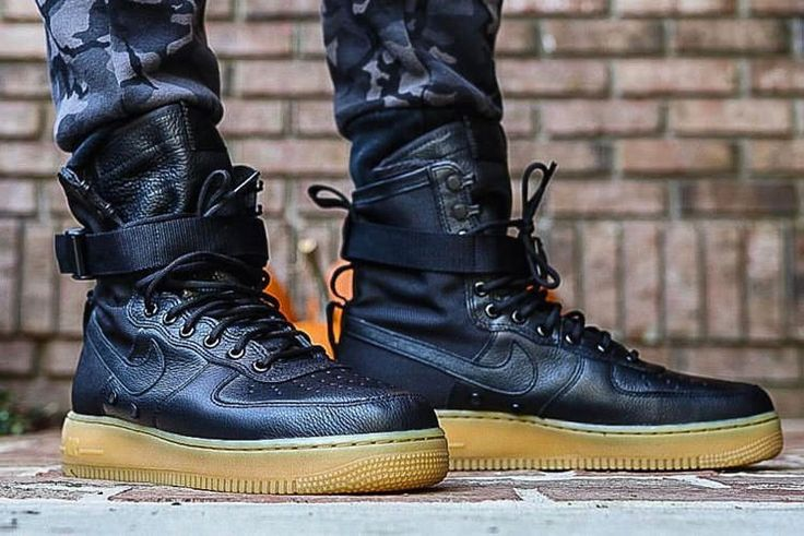 "Nike Special Field Air Force 1 ""Black/Gum Light Brown"" to NIKE's classic Special Forces Boot and Air Force 1 shoes for the design of the blueprint, and by the combination of high-quality leather tough and durable Ballistic Nylon material to crea"