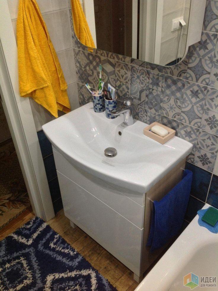 Бело-синяя ванная фото, раковина на тумбе, плитка пэчворк
