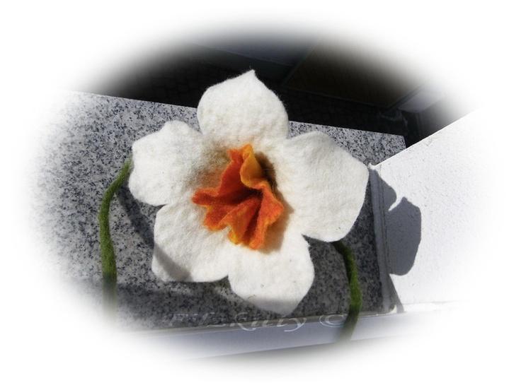 Wunderschöne handgefilzte Narzisse ,die Blüte kann vielfältig genutzt werden,z.b.als Fensterdeko  als Gardinenraffer und vieles mehr.