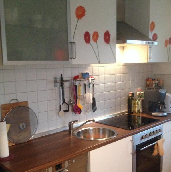 Küche mit Ceranfeld und Backofen