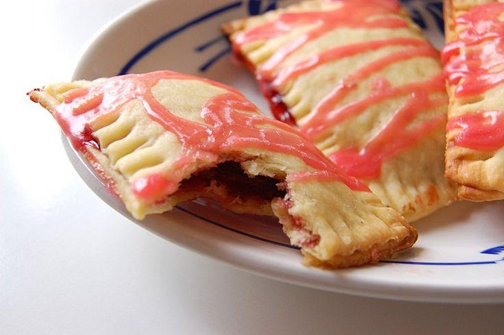 Ou si chez vous, c'est papa qui aime cuisiner, pour papa pressé ça marche aussi. Les pop' tarts sont des petits gâteaux célèbres aux Etats-unis. Biscuits rectangulaires fourrés de confiture, ils sont souvent décorés d'un glaçage au sucre et/ou de petits confettis alimentaires. Aujourd'hui, je vous propose une recette simplifiée de ces pop' tarts, pour quand vous manquez de temps mais que vous voulez quand même faire un gouter maison, joli et simple (et vegan !). Pour 6 à 8 pop' tarts, il…